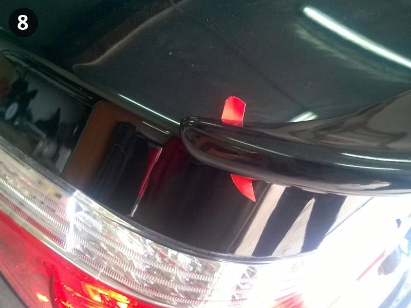 Установка спойлера на BMW E60. Плотно прикладываем спойлер.